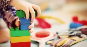 De ce să îi încurajăm pe copiii noştri să se joace pe cont propriu